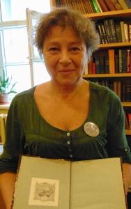 Н.А. Кондратова с книгой, отмеченной экслибрисом Н.П. Лихачева